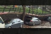 Sağanak yağış nedeniyle duvar araçların üzerine çöktü