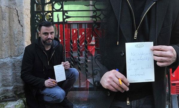 Cami kapısına not yazdı