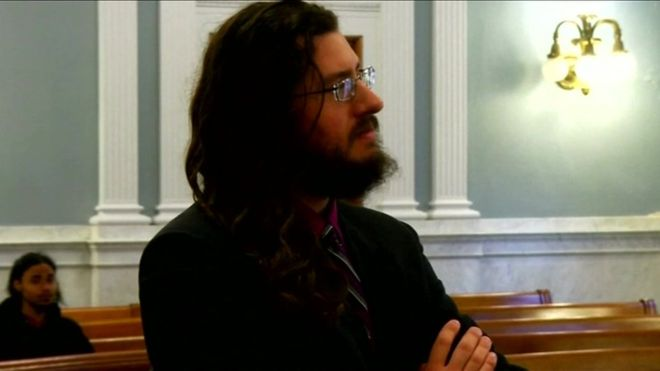 Evi terk etmeyen 30 yaşındaki oğullarını mahkemeye verdiler