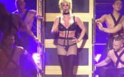 Britney Spears frikik verdi fark etmedi