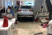 Mucize kurtuluş: Lüks otomobil AVM'ye girdi