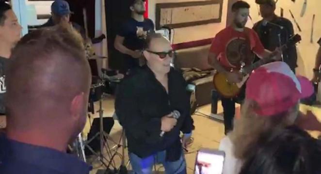 Ünlü şarkıcı sahnede kalp krizi geçirerek öldü
