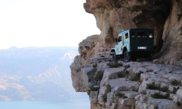 Burası Türkiye… Cipiyle uçurumun kenarına çıktı